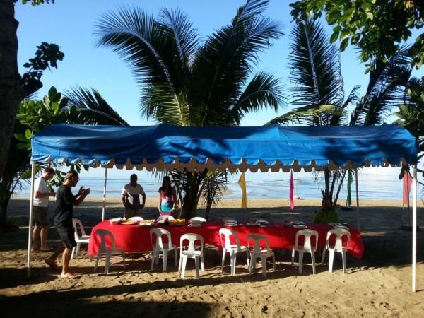 (07:30) Det dekkes til frokost på et langbord nede på stranden.
