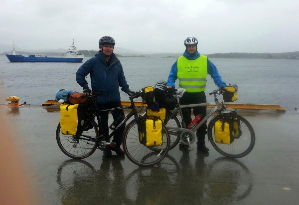 Det er en regnvåt dag. Her står vi på kaia på Rørvik og venter på hurtigbåten fra Rørvik til Leka