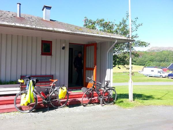 Pakker sykler og gjør klart for avreise fra campingen.
