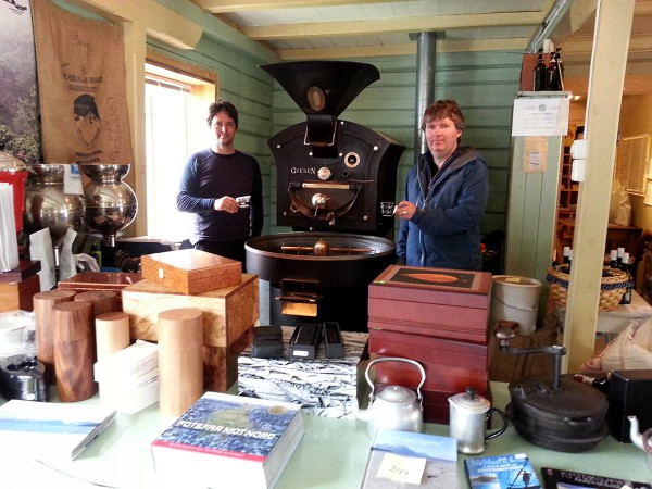 Bjørn nyter en nybrygget kopp kaffe på verdens nordligste kaffebrenneri