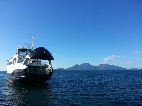 Så tar vi fergen fra X ut til Herøy der vi overnattet på Elfis Sjøcamping