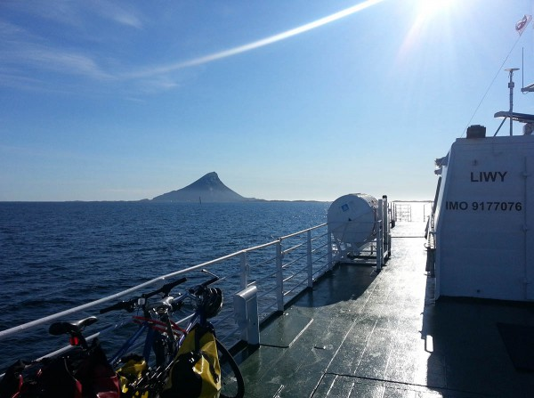 På Hurtigbåten på vei mot Træna. Lovund rett forut.