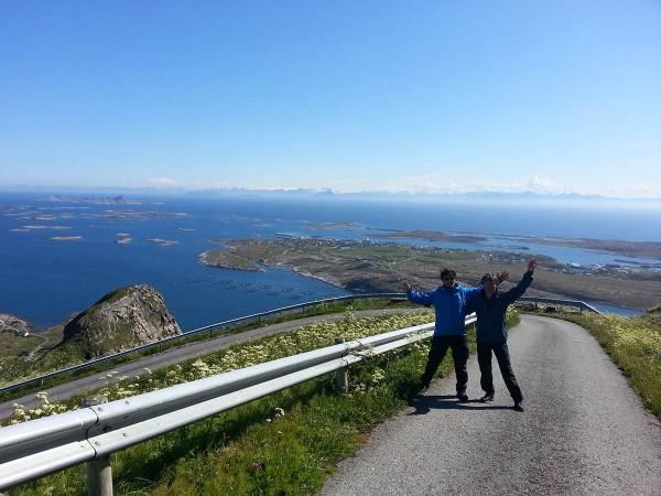 Bjørn og meg på vei opp mot radarstasjonen. Bak oss ser man hele Husøya (der folket på Træna bor) og i horisonten skimtes fjellkjeden De Syv Søstre.