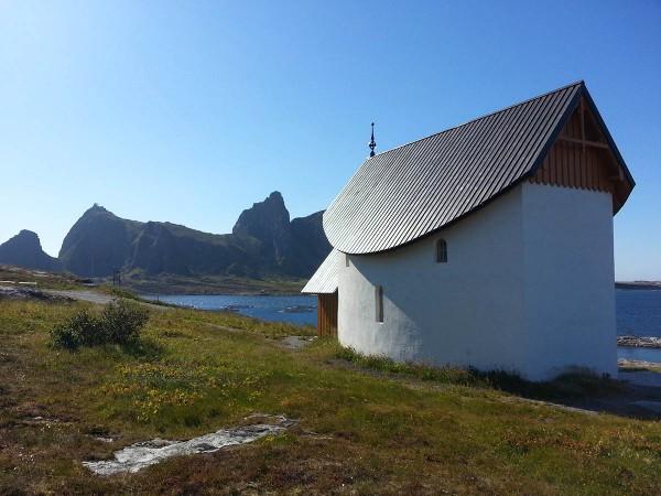 Vel tilbake på Husøya etter besøket på Sanne besøkte vi Petter Dass-kapellet.