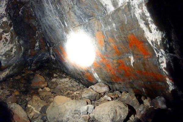 Noen detaljer fra hulemaleriene (bildet er tatt uten bruk av blitz kun i lyset fra lommelykten til guiden for ikke å skade hulemaleriene)