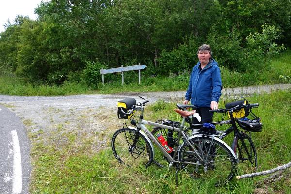 Da har vi syklet sørover til Torghatten og holder på å parkere syklene for å gå opp til hullet.