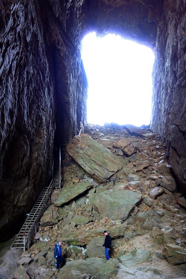 """For å komme """"inn"""" i hullet må man gå ned en lang trapp."""