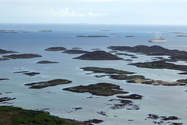 """Utsikten fra """"baksiden"""" av hullet. Her er en stor cruisebåt på vei sørover langs kysten."""