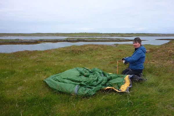 Bjørn setter opp teltet. Vi har funnet en teltplass helt ut mot storhavet. Det blåser friskt her :-)