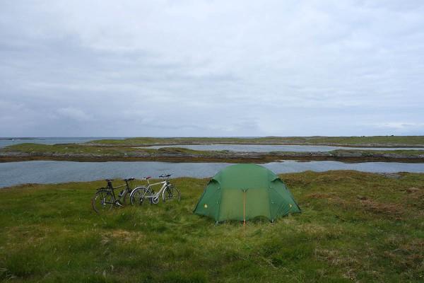 Teltplassen vi har valgt oss ligger helt ut mot storhavet.