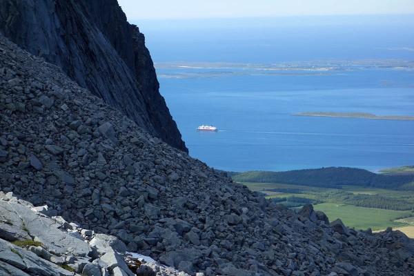 Ingenting å si på utsikten. Det er Hurtigruten som passerer langt der nede.