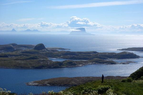 Så er vi på tur ned igjen. Bjørn står og beundrer utsikten utover Husøy Lovund og store deler av Helgelandskysten.