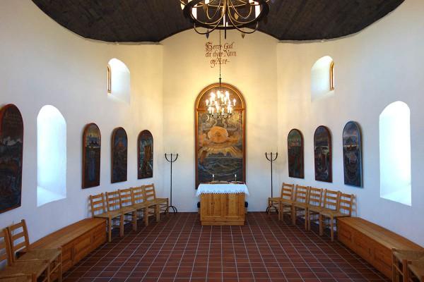 Kapellet er dekorert av den kjente kunstneren Karl Erik Harr (klikk på bildet for mer informasjon)
