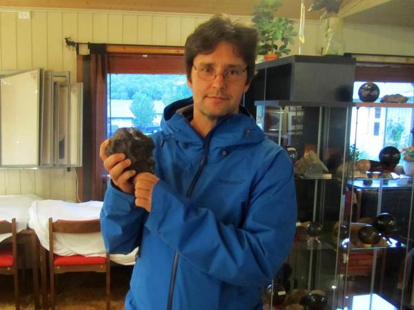 Her står jeg med en ekte jernmeteoritt. Den var meget tung i forhold til størrelsen.