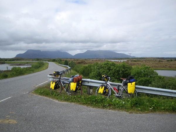 Selv om det er høye fjell på Vega er det flatt og fint å sykle her. Vi har stoppet for å se nærmere på kunstverket ....