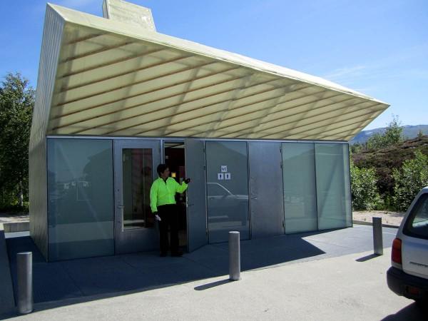Den arkitekttegnede doen på fergekaia på Jektvik. Designen skal - ut fra det jeg har hørt - være inspirert av en reke.