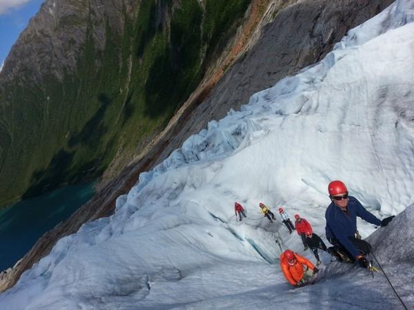 Dagens bilde tok jeg på Svartisen på dagens brevandring. Bildet viser gruppen på vei opp breen.