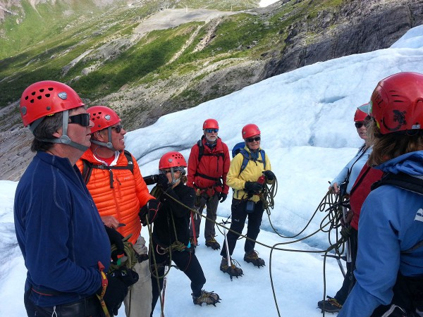 Framme ved brekanten var det å ta på seg utstyr og deretter fikk vi en briefing på sikkerhet og hvordan man går i tau når man går på en isbre.