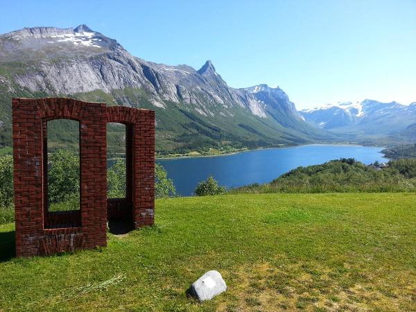 """Skulpturen """"Varde"""". En del av Skulpturlandskap Nordland. Vi skal ned rundt bukta og tilbake ut fjorden igjen på motsatt side."""