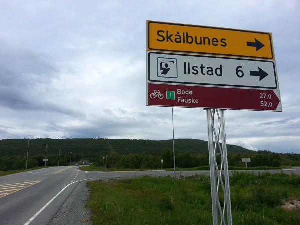 ... kan man svinge til høyre og følge den gamle veien inn til Bodø. Her er det så og si bilfritt. Tidligere så var det nødvendig å sykle noen km på veiskulderen ved Hopen - noe som var svært ubehagelig da det var mye trafikk, men nå er det bygget ny bro med gang og sykkelfelt over fjorden så nå er det gang og sykkelsti (eller lite trafikkert vei) hele veien fra skiltet på bildet og inn til Bodø by.