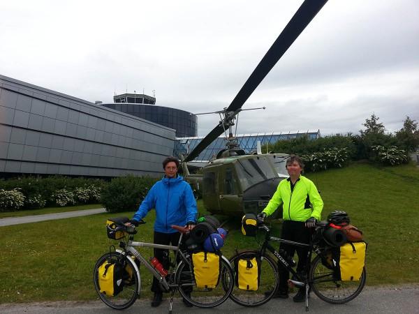 Her står vi foran flymuseet i Bodø og da var sykkelturen langs Kystriksveien over. Nå skal vi hygge oss noen dager i Bodø og deretter tar vi toget hjem til Trøndelag.