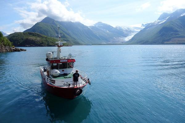 Skyssbåten vi må ta over fjorden for å komme fram til breen.