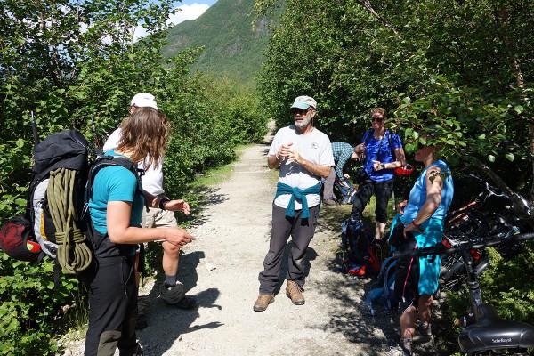 Etter å ha møtt resten av gruppen og presentert oss for hverandre begynte vi på turen opp mot breen. Først var det ca 3 km å sykle.