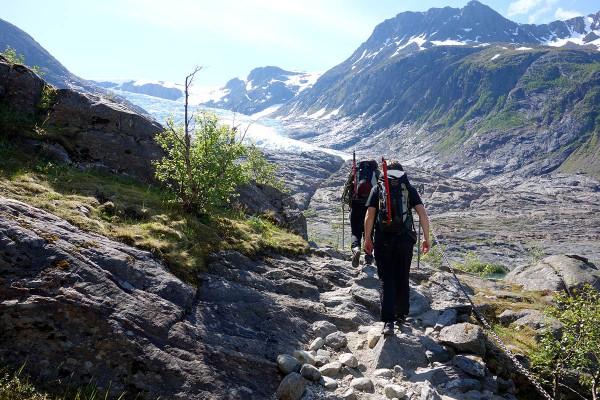 Etter sykkelturen var det et stykke å gå oppover fjellet til vi kom til brekanten.