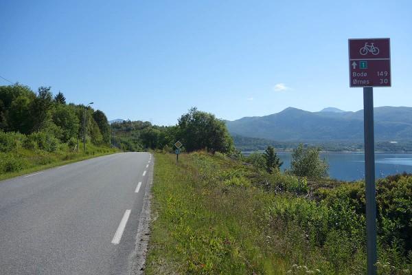 """Kystriksveien er nå blitt skiltet med """"Nasjonal sykkelrute nr. 1"""" sykkelskilt. Bra :-)"""