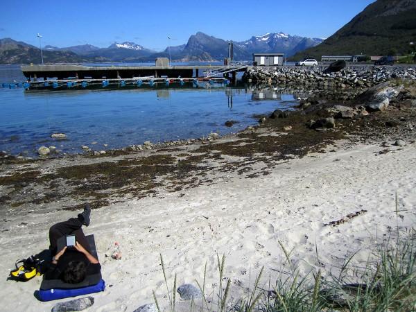 ... det gjorde ikke noe for ventetiden ble brukt til å slappe av på stranda i det gode været og lese litt i en bok på Kindle e-bok leseren.