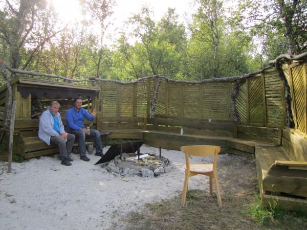 Arnt og meg på en av de mange hyggelige bål- og samlingsplassene de har laget ved Geitvågen Camping.