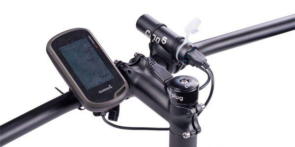 Dette er et eksempel på et oppsett der The Plugg III lader en Garmin GPS via et cachebatteri.