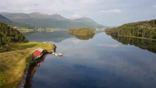(06:45) Det er ikke akkurat utrivelig å sykle langs fjorden her på morgenen. Er helt alene på veien også :-)