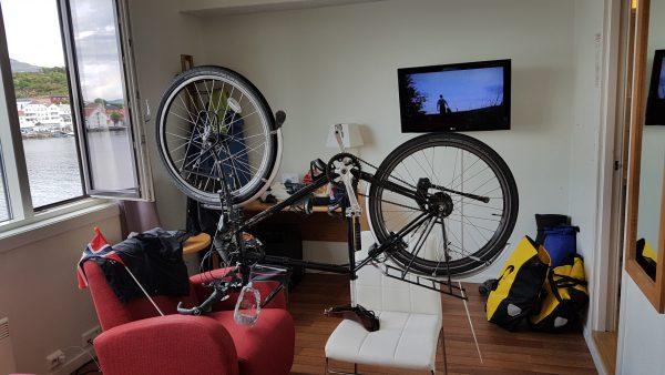 Så er hotellrommet gjort om til sykkelverksted