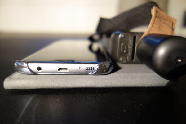 Sammenlagt tar det ikke mye plass. Dette bildet viser tykkelsen på det sammenlagte tastaturet sammenlignet med mobilen. Det er litt tykkere men ikke mye.