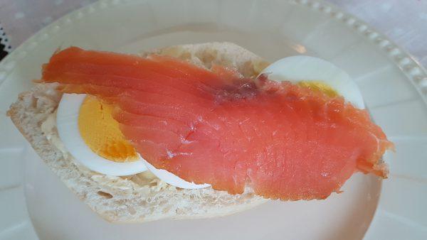 Først fikk jeg servert ferske rundstykker med egg og røykalaks. Laksen er det faren til Bente som har røykt.