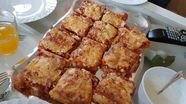 Deretter kom en kjempegod hjemmelaget pizza på bordet.