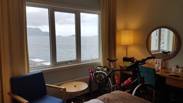 Et rom med utsikt og sykkelen står trygt plassert.