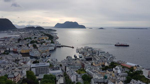 Utsikt over Ålesund. Hurtigruten er på tur ut.