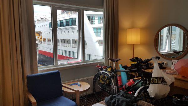Fikk plutselig Hurtigruten på besøk rett utenfor soveromsvinduet mitt.