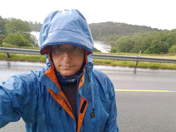 (13:12) Det begynte å plaskregne så da var det bare å få på seg regnbukse, gamasjer m.m