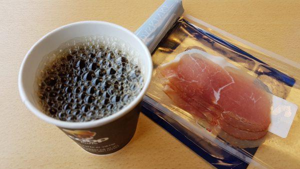 (13:30) COOP-kaffe til 5 kroner koppen og litt Strandaskinke (fikk lyst på noe salt) før turen fortsetter.