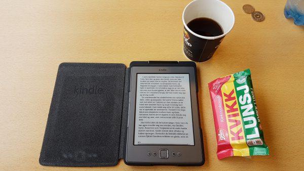 """Kindle er med og gjør enhver pause til en fornøyelse. Jeg er veldig spent på hvordan det går med de romerske legionærene Cato og Macro som nå er i en fæl knipe i boken """"Ørnen og ulvene"""" av Simon Scarrow :-)"""