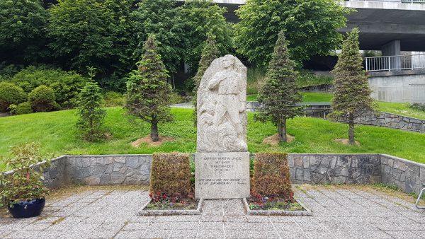 Kaptein Martin Linge falt under Måløy-raidet og det står en minnestatue over ham i parken her.