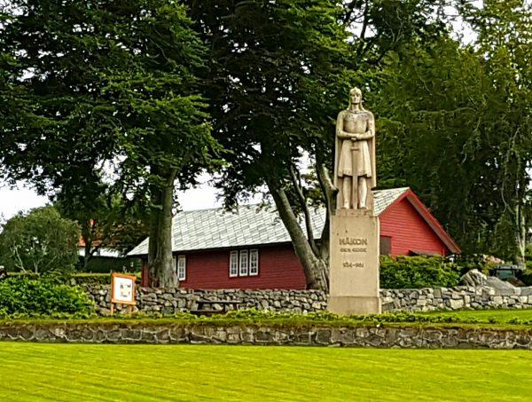 (17:12) Her på Fitjar står Håkon den gode.