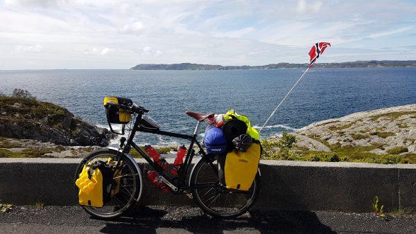 (14:55) På vei fra fergeleiet mot Haugesund.