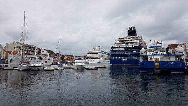 Det er en travel havn. Mange båter og mye å se på.