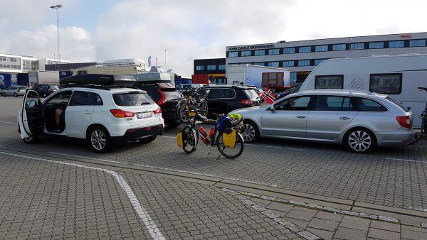 (18:30) Da er sykkelen parkert i spor 1 i påvente av at vi får kjøre ombord.