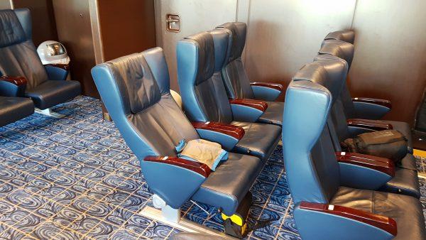 Her er min plass i natt. Sete 1036 på øverste dekk. Airseat kaller de det - fint navn men det er bare en vanlig stol.
