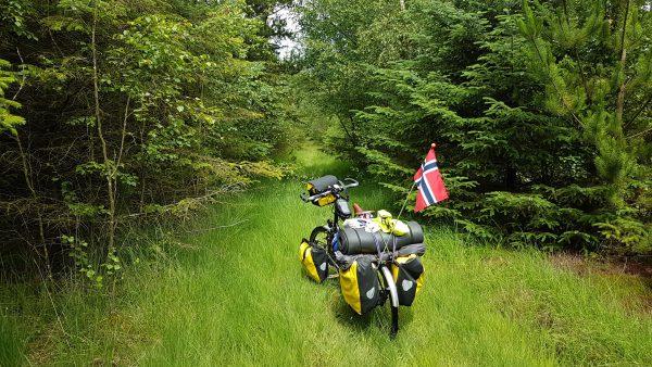 (13:20) Google syns det var en god ide at jeg tok denne veien, noe jeg gjorde og endte til slutt opp med å bære/skubbe sykkelen gjennom skogen.